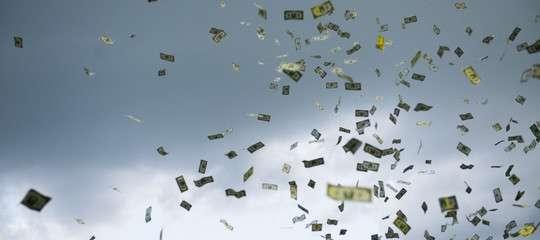 C'è un'ipotesi estrema contro la recessione: far piovere soldi sui conti correnti privati