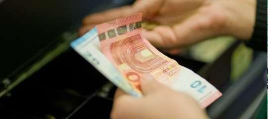 Manovra, soglia del contante a mille euro e multe per chi rifiuta il bancomat