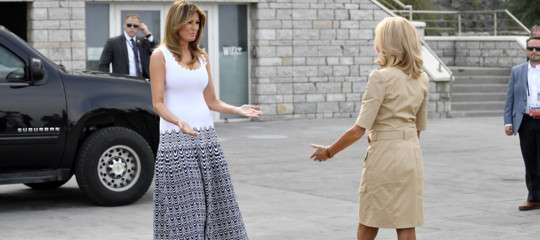 Melania Trump e Brigitte Macron sulla spiaggia di Biarritz
