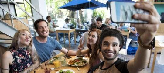 Non sono vacanze senza food selfie, italiani pazzi per l'autoscatto alimentare