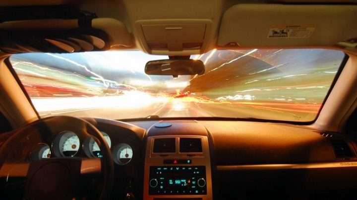 Parabrezza auto scheggiato, un pericolo sanzionato dal codice della strada