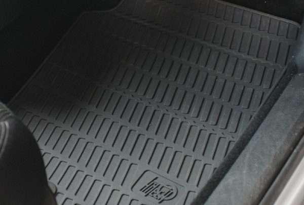 Interni sicuri anche sotto i pedali: gomma o moquette?